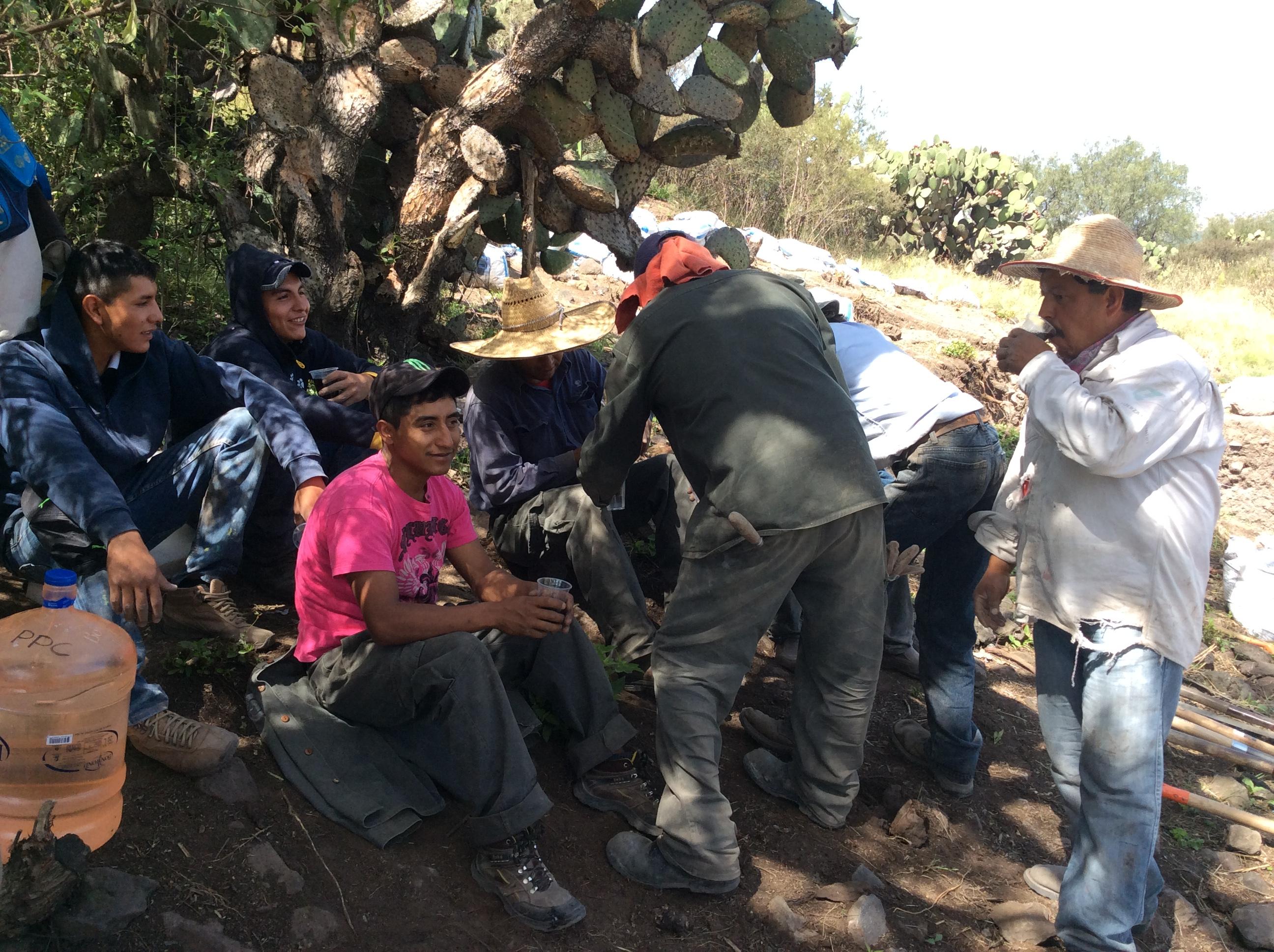 Trabajadores locales durante su descanso, Frente D, 2015