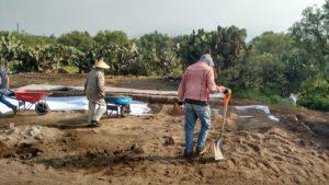 Y detrás de los arqueólogos…los auxiliares de campo